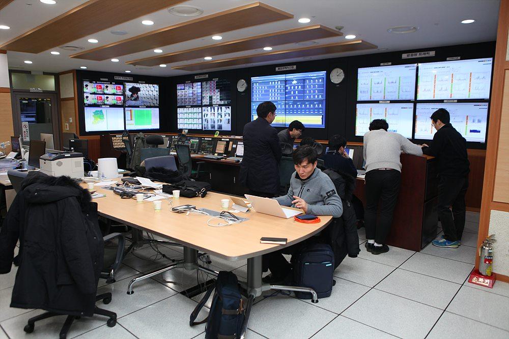KBS Media Network Center의 서버 및 장비들과 근무 장면