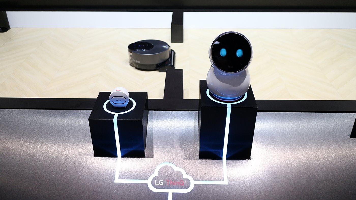 LG 전자의 로봇 브랜드 클로이는 안내와 청소, 서빙 등 ThinQ와 연동되어 서비스를 제공한다