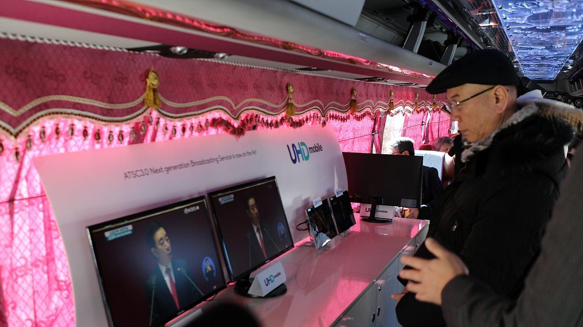 UHD 모바일 기술을 살펴보는 이효성 방송통신위원장