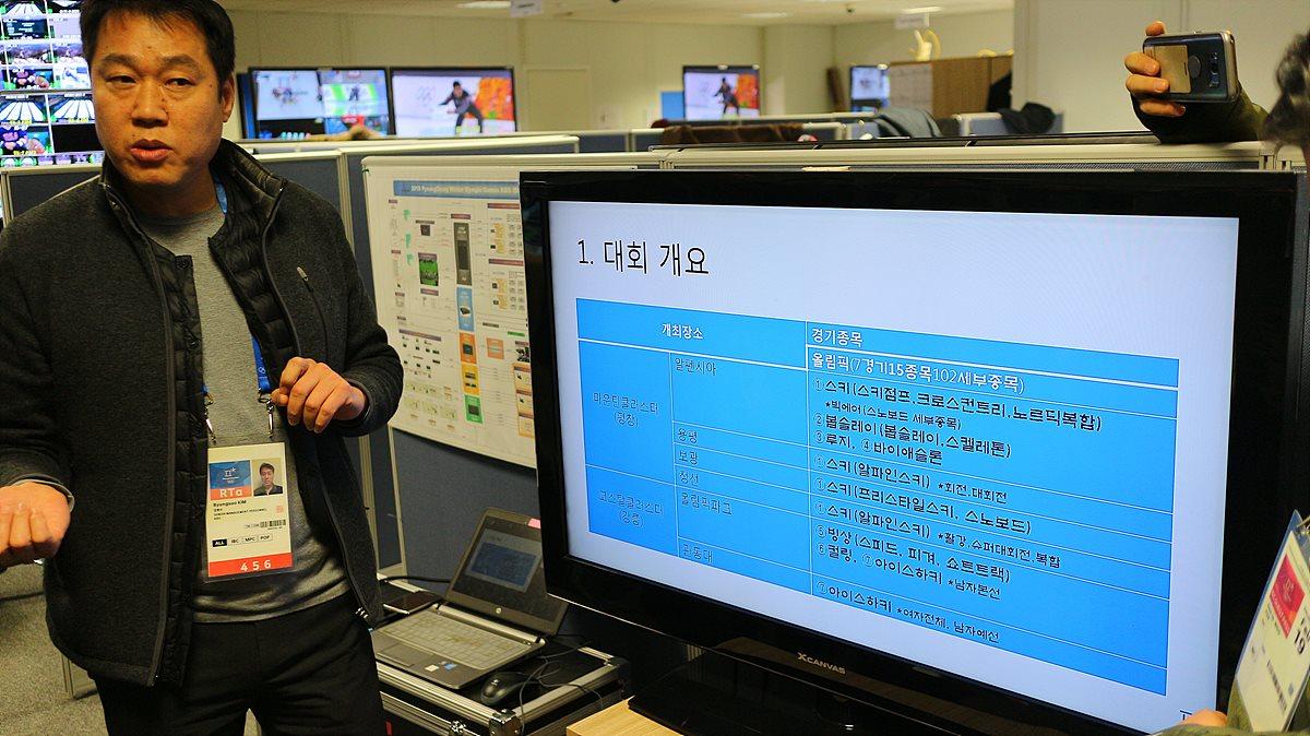 KBS 방송센터 개요를 설명 중인 김병수 부장