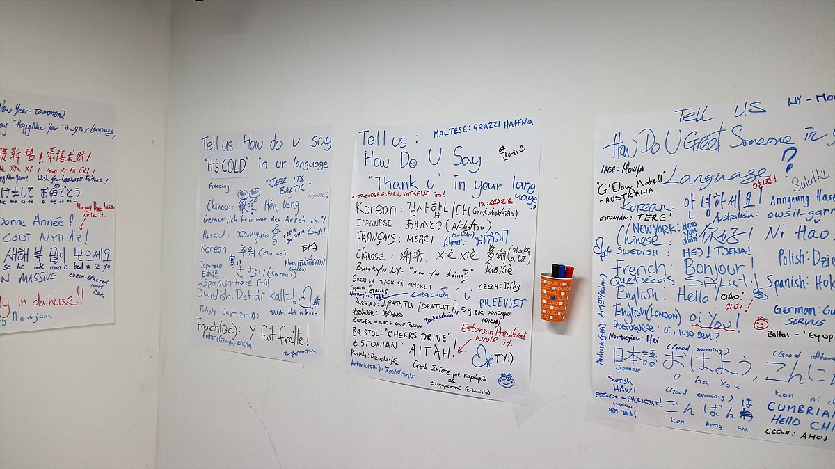 벽에 붙여진 각사 방송사 직원들의 메모