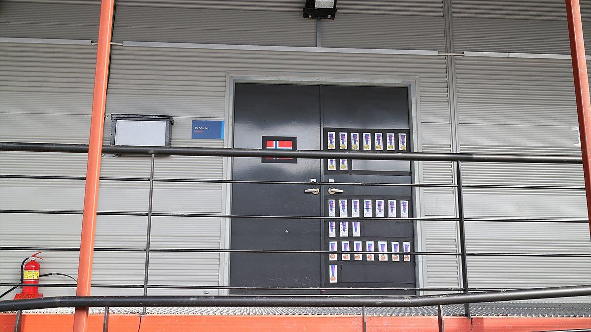 5층 스튜디오의 노르웨이 방송사는 자국의 메달 현황을 문에 표현해 놓았다