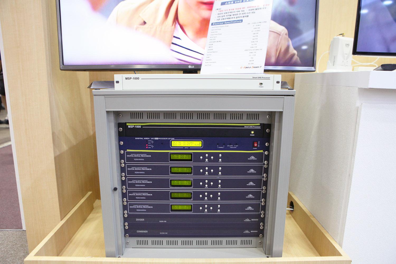 KOBA 2017에서 전시되었던 700MHz 대역형 신호처리기 MSP-1000