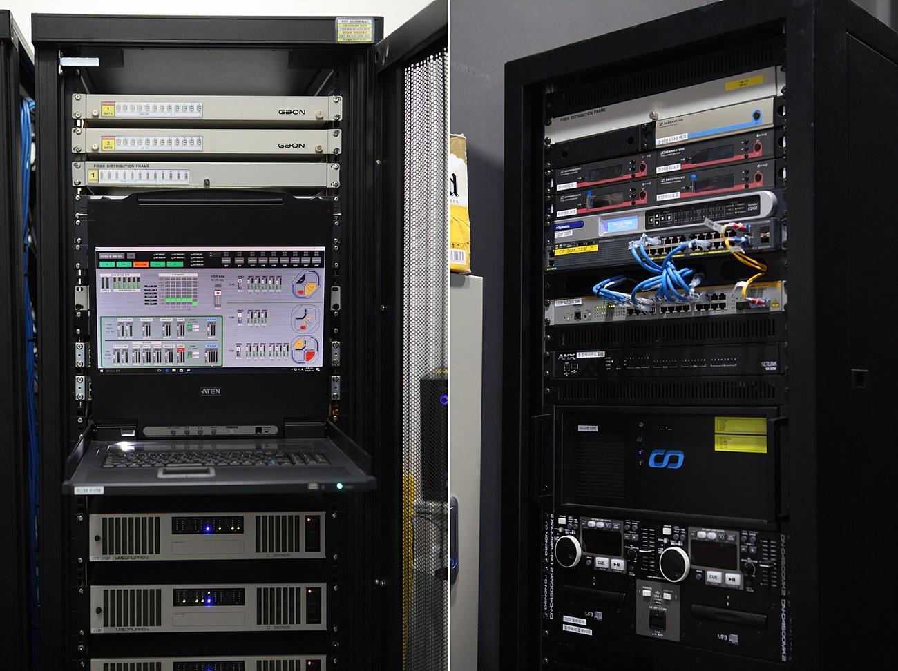 Symetrix 컨트롤을 GUI를 제공하는 KVM 컨트롤러로 미디어 송출을 모니터링하고 제어한다(좌측), 123층에 마련된 별도의 음향 시스템으로 Symetrix가 역시 시스템을 제어한다(우측)