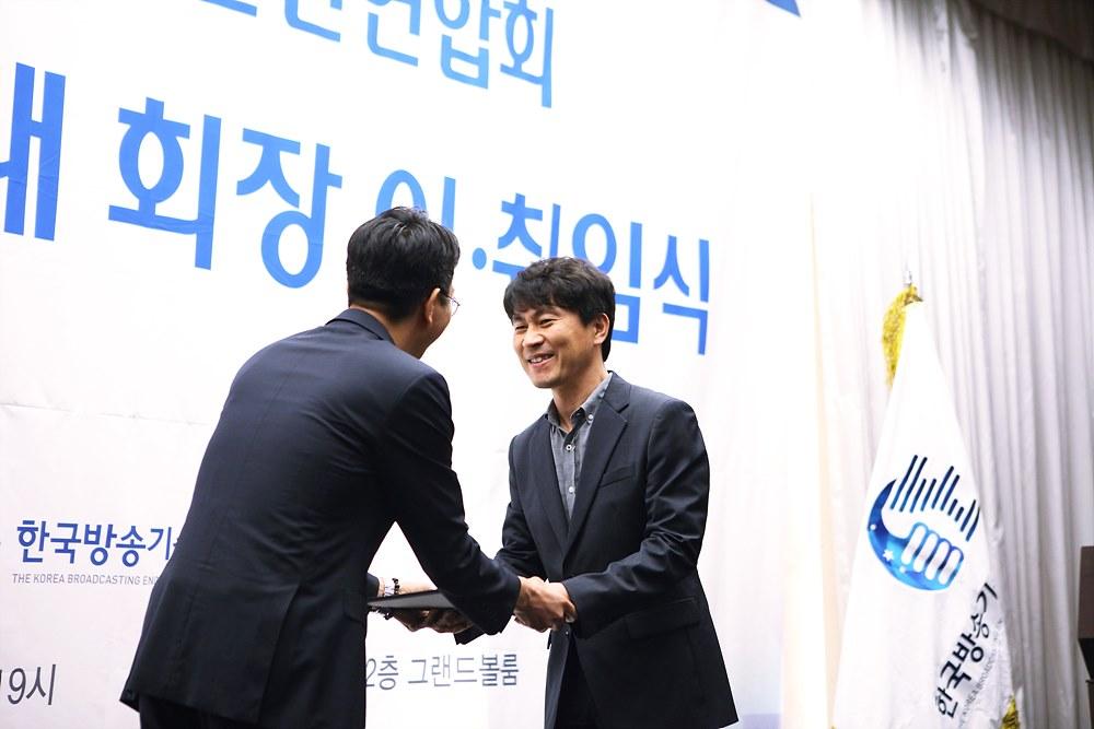 박종석 연합회장이 공로패를 임신환 연합회 전 부회장에게 전달하는 장면