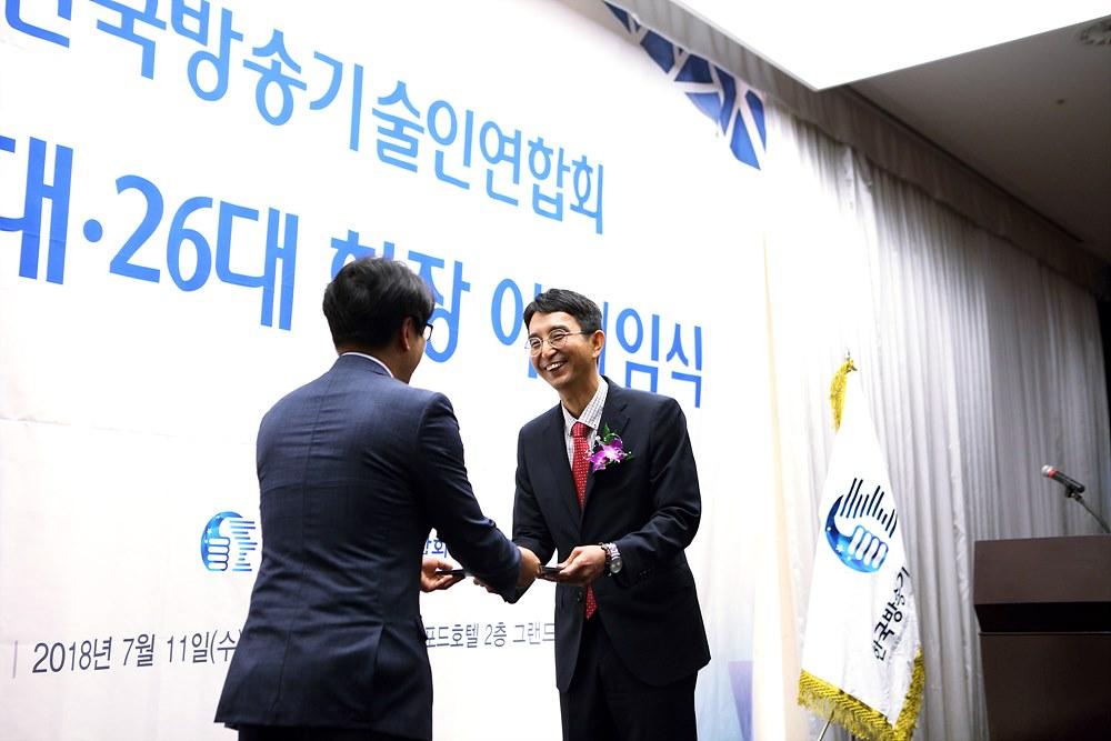 박종석 연합회장이 감사패를 전달받고 있다