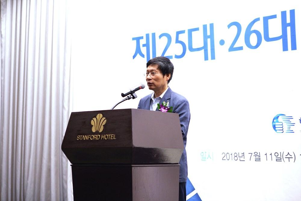 새집행부의 출범을 축하하는 김환균 전국언론노동조합 위원장