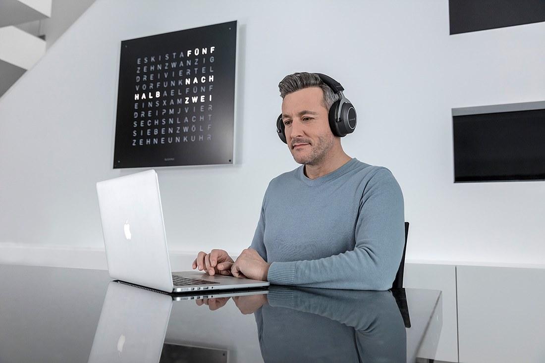 amiron_wireless_i_man-seated-laptop_01