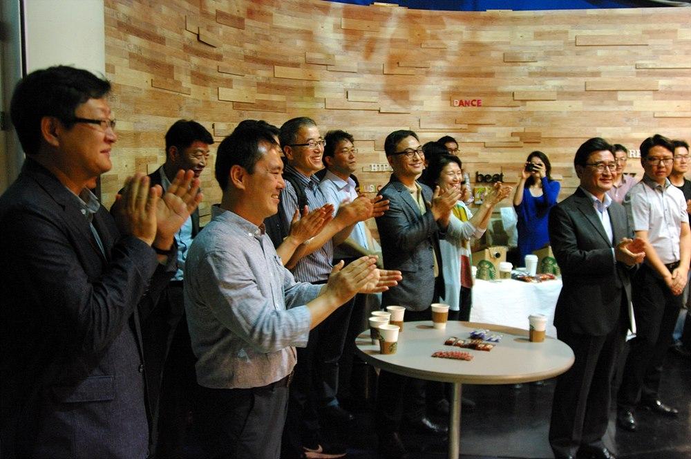 아리랑국제방송 기술연구소의 개소를 축하하는 참석자들