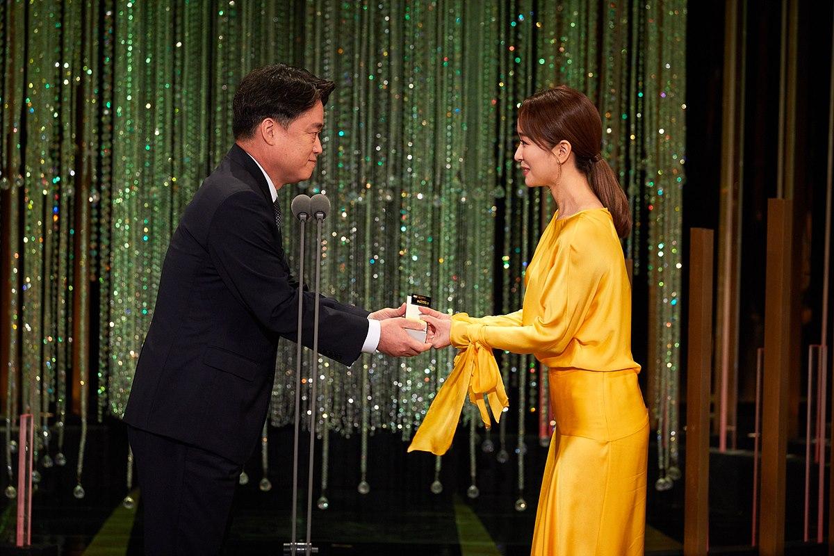아나운서상 수상자인 박선영 SBS 아나운서에세 상을 시상하는 최승호 MBC 사장