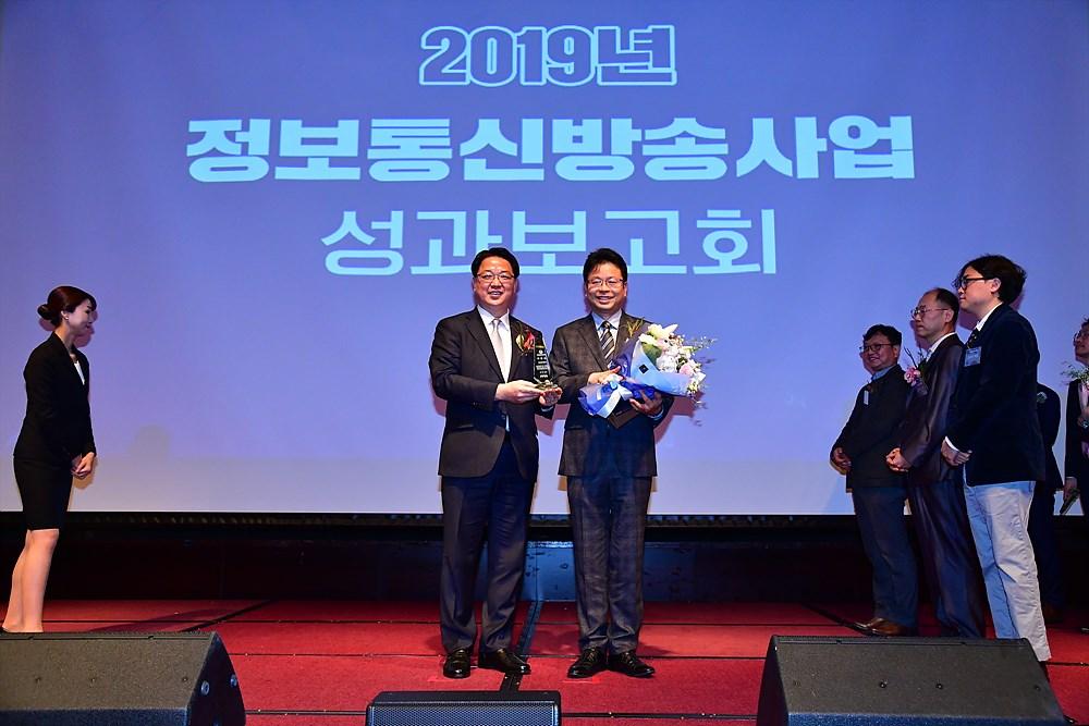 장관상 수상 후 기념촬영 중인 강진욱 제머나이소프트 대표