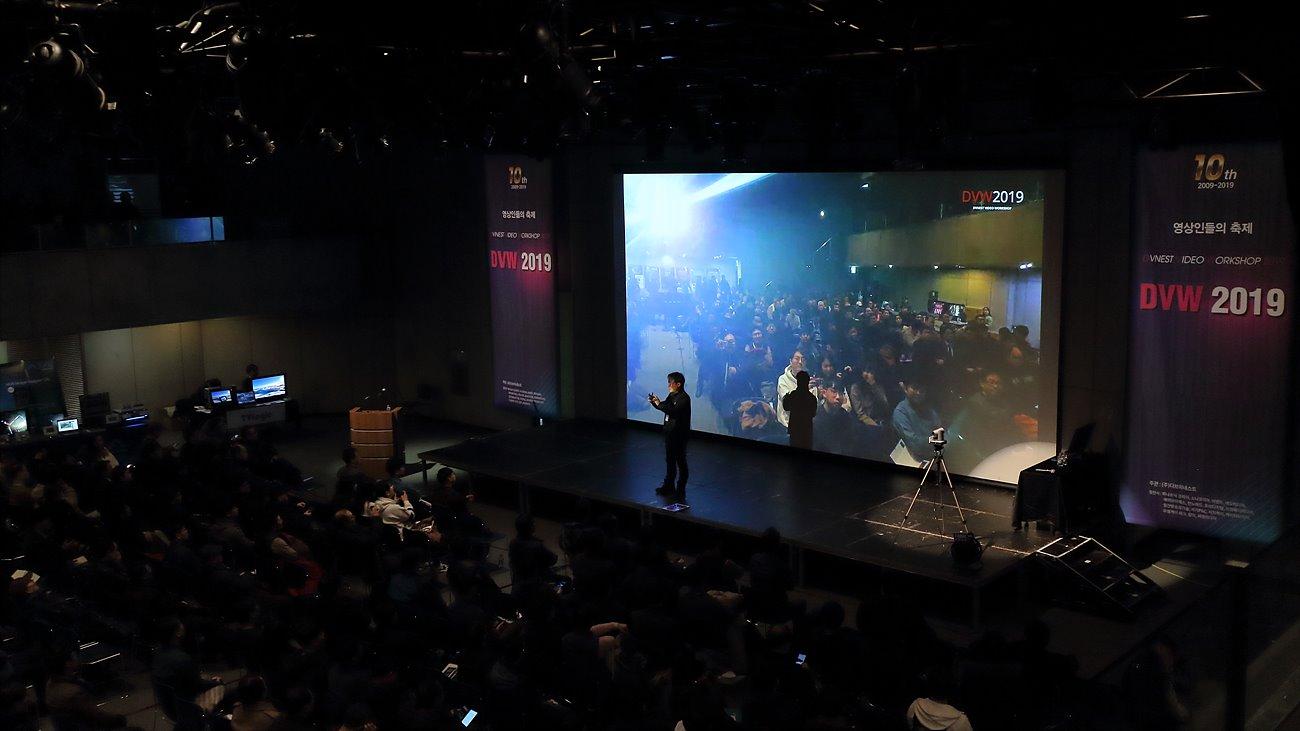 이규진 펀노마드 대표는 '차세대 저지연 FullHD 방송솔루션' 강의 중 실시간으로 영상 전송에 대한 시연을 진행했다