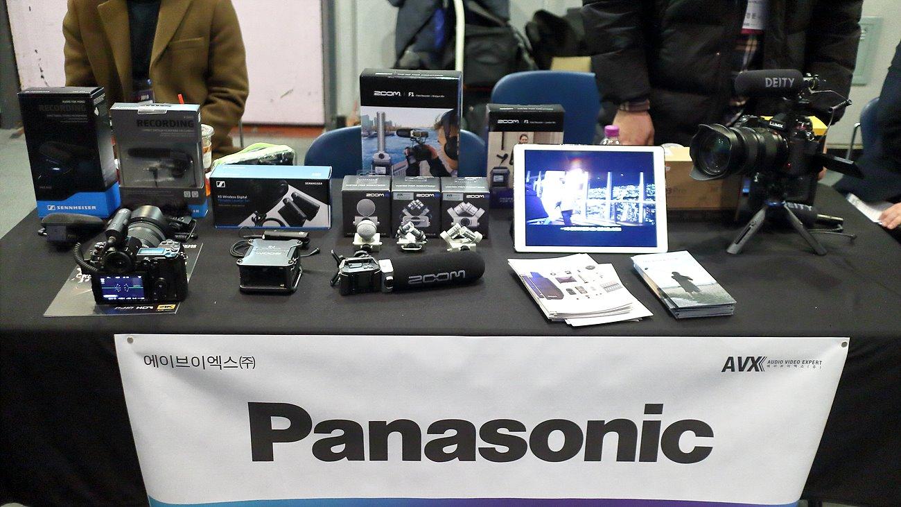 AVX는 파나소닉의 AG-CX300, DC-S1H 등과 카메라 주변 장비를 전시했다