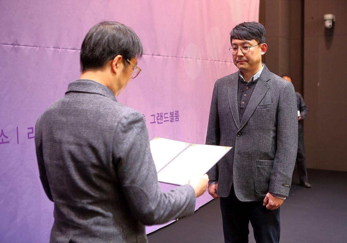 장려상을 수상하는 김영호 수상자