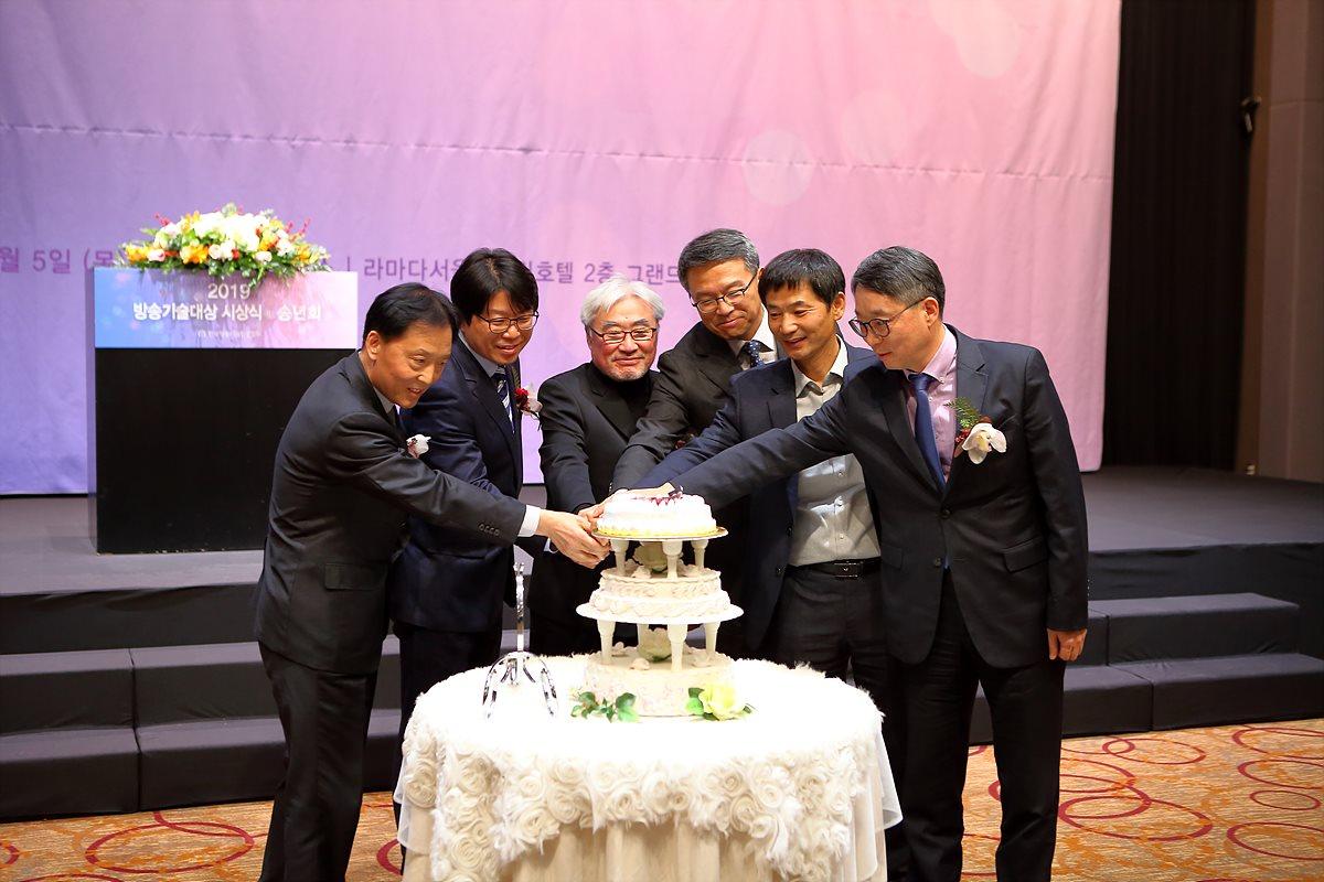 내외 귀빈들이 참여한 케이크 커팅식