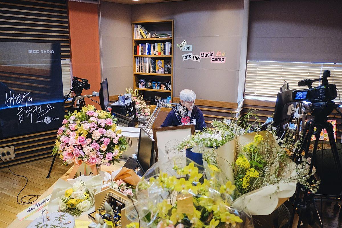 30주년을 기념하는 꽃에 둘러 싸인 배철수 DJ