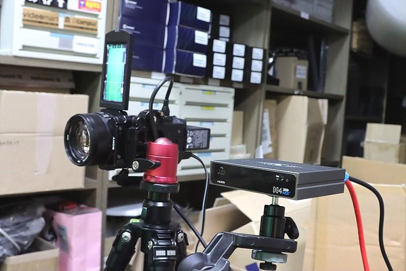 세로 모드로 사용된 4K 카메라인 Sony AX100과 4K HDMI를 NDI로 변환하는 N40 컨버터