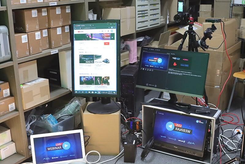좌측 하단부터 시계방향으로 PPT 발표 화면, 유튜브 댓글 창, 발표자 스크린, TriCaster PGM 모니터링 화면