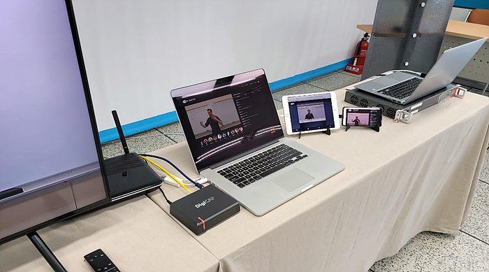 제주테크노파크 시연(왼쪽부터 TV, 와이파이, DigiCAP HomeCaster, 노트북, 태블릿, 스마트폰)
