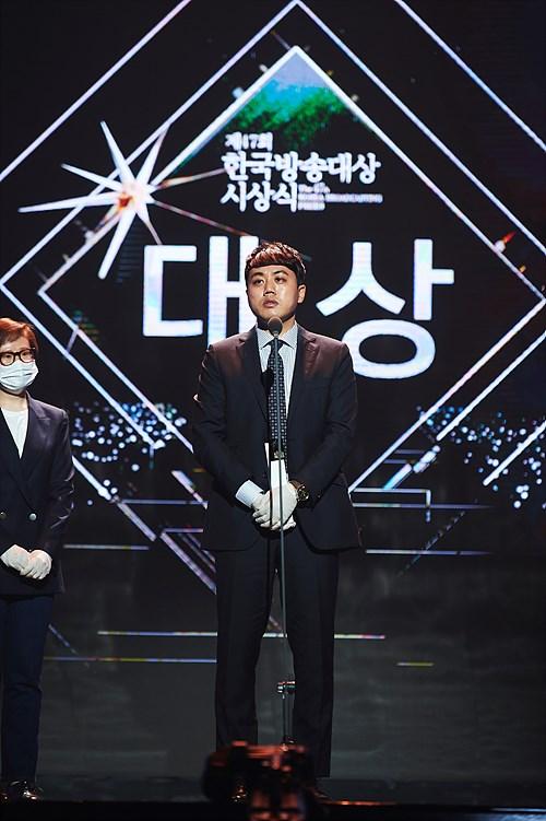 제47회 한국방송대상 대상을 받고 수상 소감 중인 이큰별 SBS PD