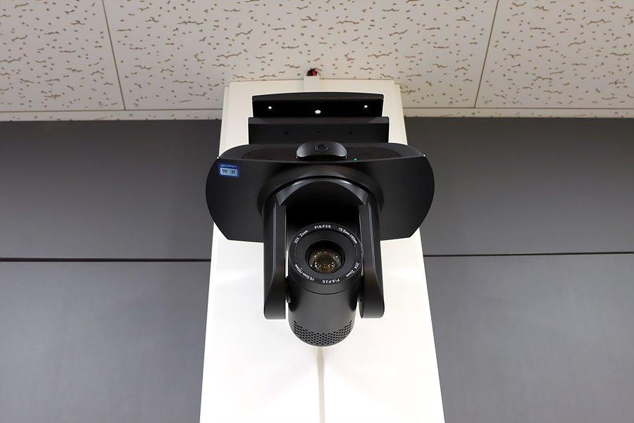 벽면에 부착된 UV100T