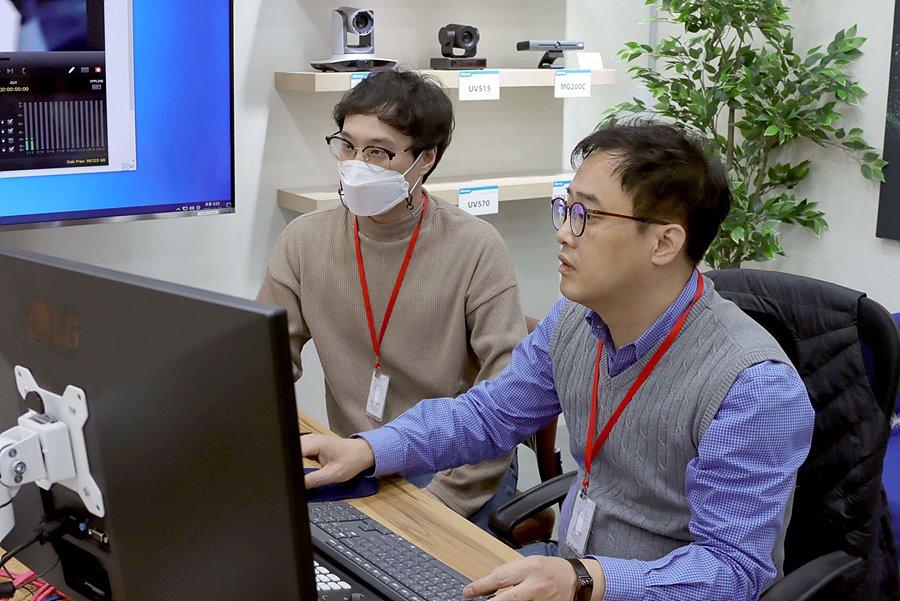 김현수 주임(좌)과 이광희 대표(우)