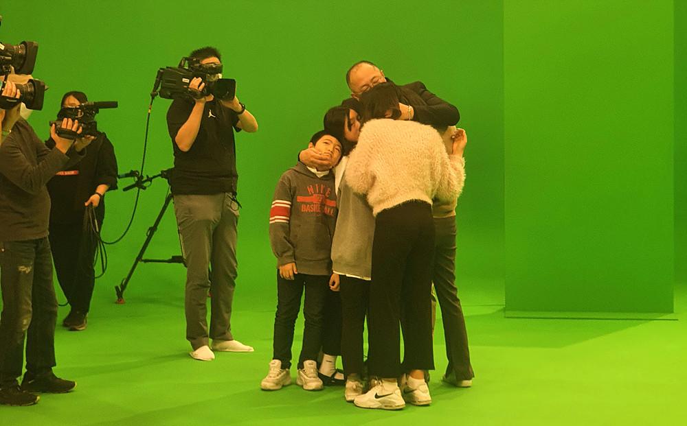 시연 후 가족들의 포옹