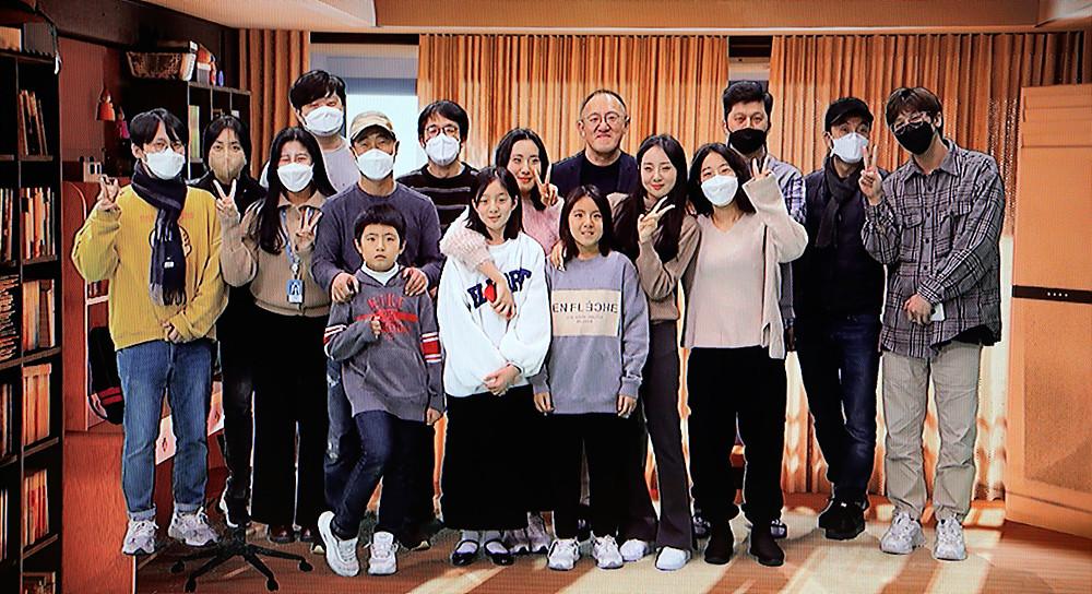 제작진과 가족들이 함께 찍은 사진
