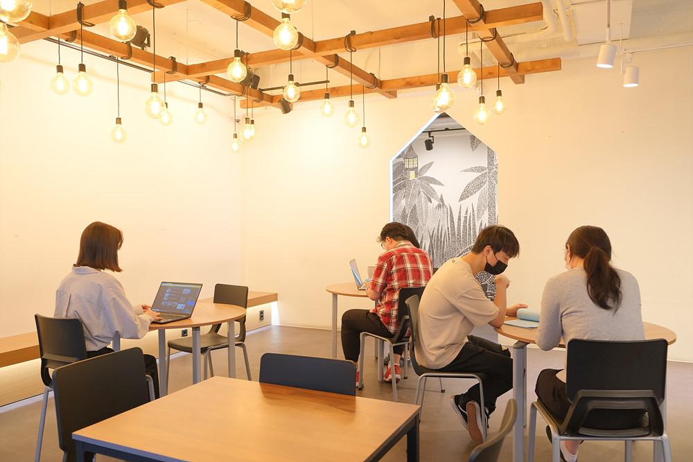 휴식과 화합의 장소인 1층 카페 공간