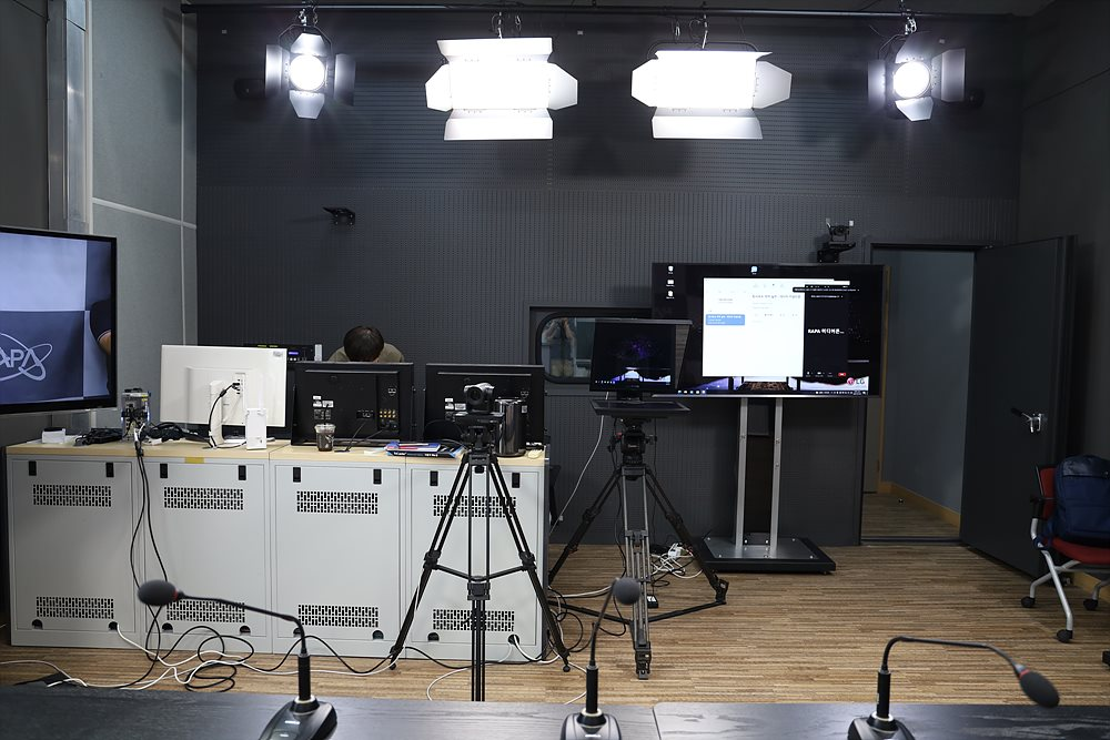 주요 장비와 기존 조명 및 모니터 용도의 TV