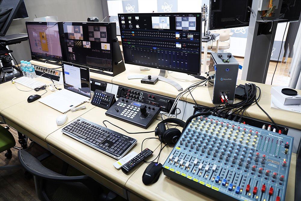 방송용 모니터와 오디오믹서를 제외하고 신규 구입되었다