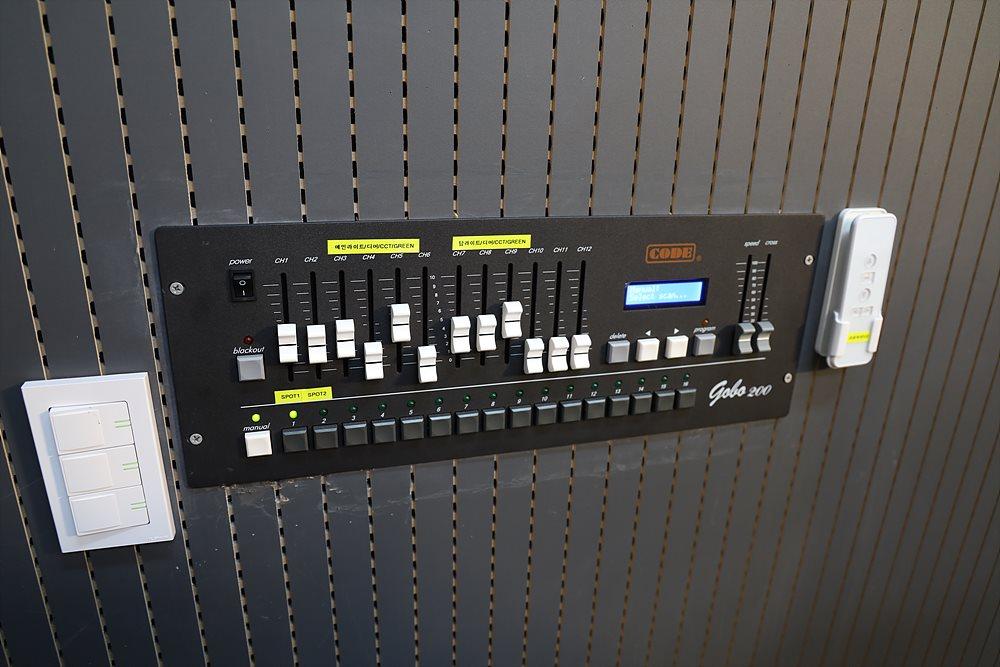 벽 한쪽의 조명 컨트롤러